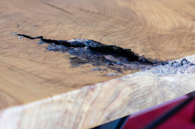 massiver Holztisch mit Epoxidharz